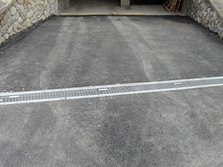 Stesura asfalto con canaletta prefabbricata in ferro zincato